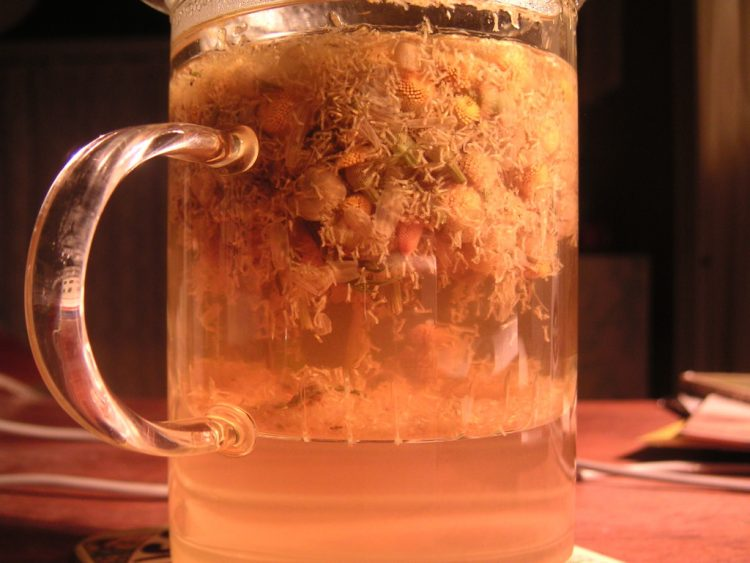Chamomile tea. By Greg (Chamomile Tea) [CC BY-SA 2.0], via Wikimedia Commons